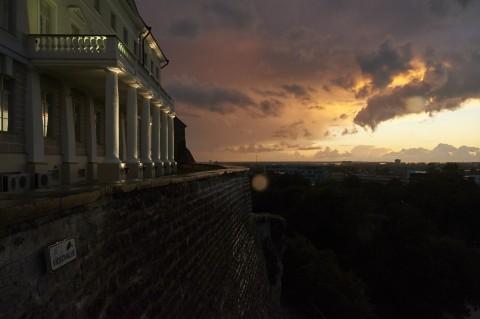Bild: Ein Winterabend an der Patkuli Treppe auf dem Domberg von Tallinn. NIKON D700 mit AF-S NIKKOR 24-120 mm 1:4G ED VR. ISO 1250 ¦ f/16 ¦ 24 mm ¦ 1/30 s ¦ kein Blitz. Klicken Sie auf das Bild um es zu vergrößern.