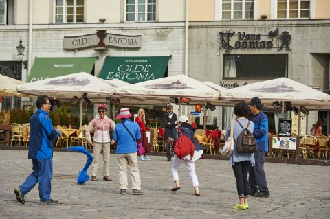 Bild:Auf dem Rathausplatz in Tallinn gibt es immer etwas zu entdecken. NIKON D700 mit AF-S NIKKOR 24-120 mm 1:4G ED VR. ISO 200 ¦ f/5,6 ¦ 120 mm ¦ 1/800 s ¦ kein Blitz. Klicken Sie auf das Bild um es zu vergrößern.