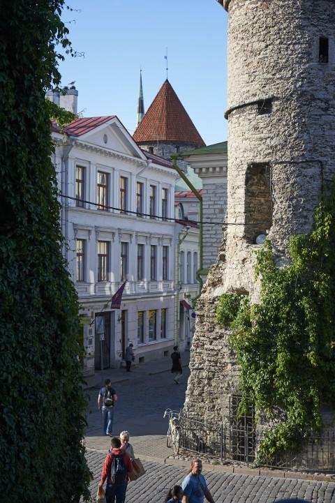 Bild: Am Viru Tor in Tallinn. NIKON D700 mit AF-S NIKKOR 28-300 mm 1:3.5-5.6G ED. ISO 200 ¦ f/4,8 ¦ 60 mm ¦ 1/640 s ¦ kein Blitz. Klicken Sie auf das Bild um es zu vergrößern.