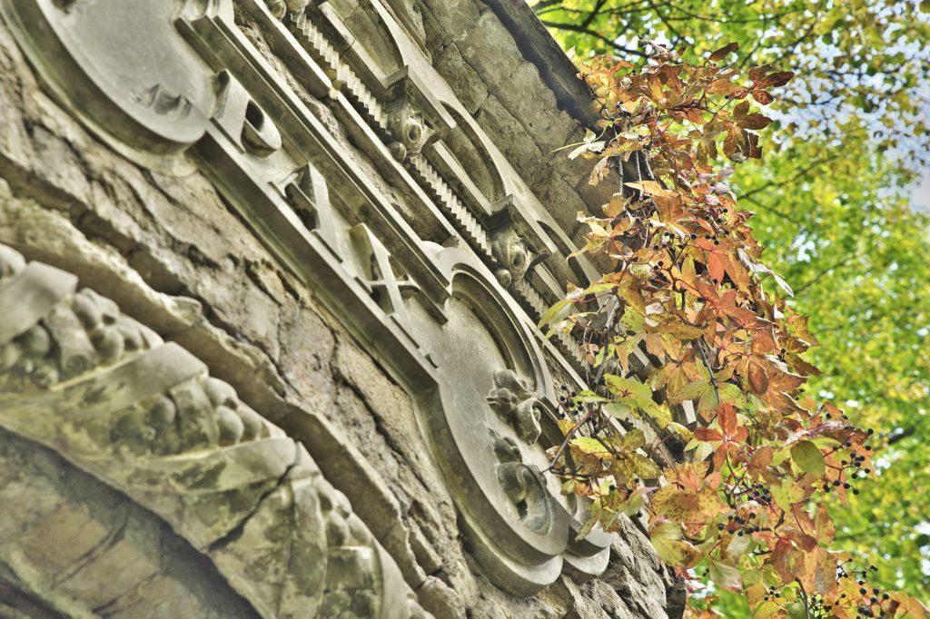 Bild: Der Große Friedhof - Lielie Kapi in Rīga ist heute ein öffentlich zugänglicher Park. NIKON D700 mit TAMRON SP 24-70mm F/2.8 Di VC USD.. ISO 200 ¦ f/5,6 ¦ 70 mm ¦ 1/40 s ¦ kein Blitz. Klicken Sie auf das Bild um es zu vergrößern.