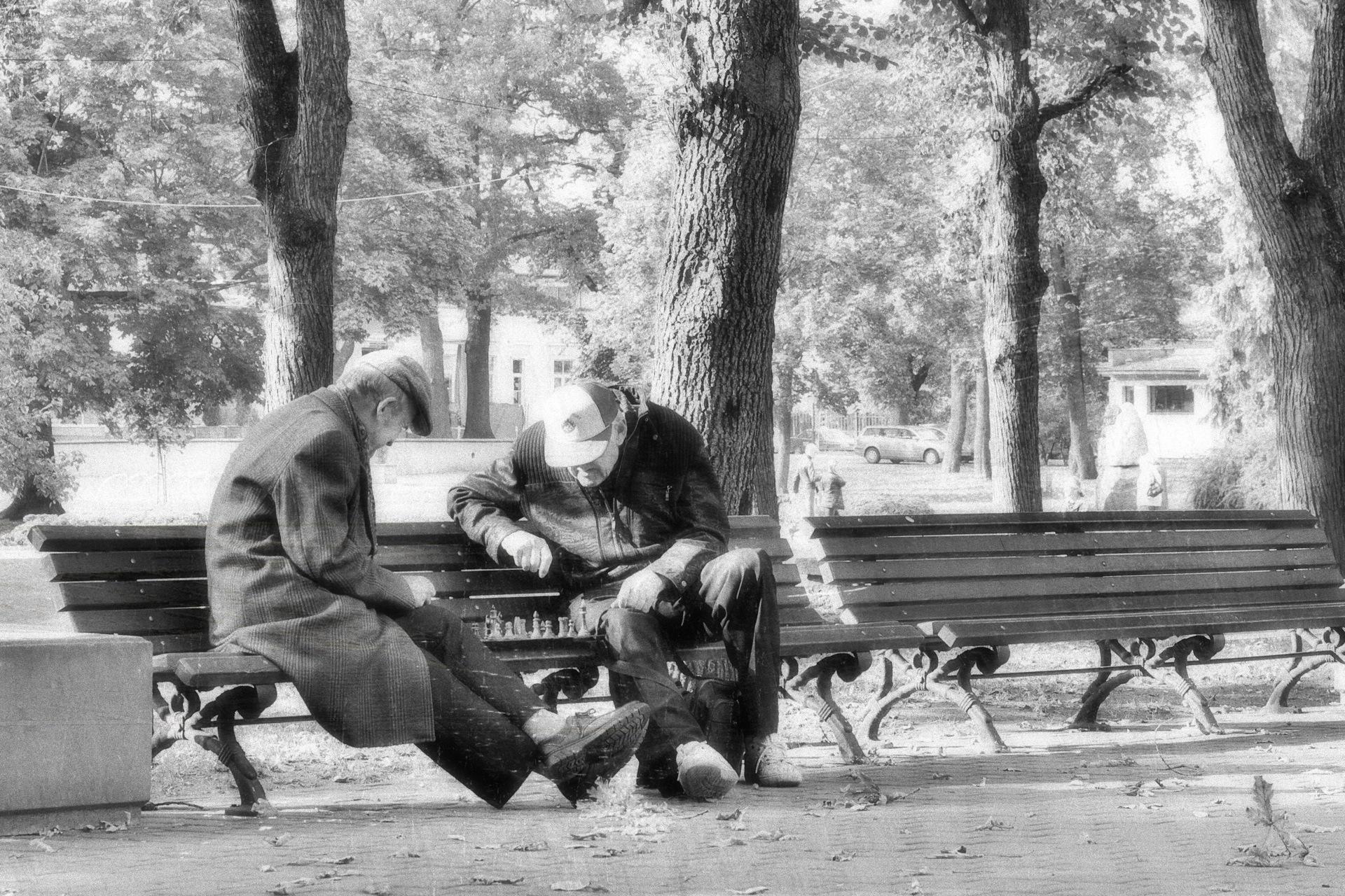 Bild: Die Schachspieler in Wöhrmanns Garten - dem Vērmanes dārzs - sind für mich ein Markenzeichen der Stadt Rīga. OLYMPUS OM-D E-M5 mit M.ZUIKO DIGITAL ED 12‑40mm 1:2.8. ISO 200 ¦ f/5,6 ¦ 40 mm ¦ 1/125 s ¦ kein Blitz. Klicken Sie auf das Bild um es zu vergrößern.