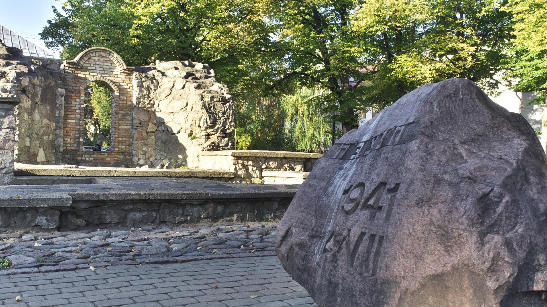 Bild: An der Ruine der Jüdischen Choralsynagoge in der Moskauer Vorstadt von Rīga. OLYMPUS OM-D E-M5 mit M.ZUIKO DIGITAL ED 12‑40mm 1:2.8. ISO 200 ¦ f/5,6 ¦ 18 mm ¦ 1/250 s ¦ kein Blitz. Klicken Sie auf das Bild um es zu vergrößern.