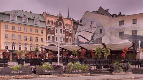 Bild: Auf dem Domplatz in der Altstadt von Rīga. OLYMPUS OM-D E-M5 mit M.ZUIKO DIGITAL ED 12‑40mm 1:2.8. ISO 200 ¦ f/7,1 ¦ 12 mm ¦ 1/125 s ¦ kein Blitz. Klicken Sie auf das Bild um es zu vergrößern.