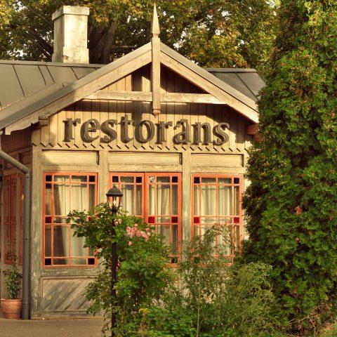Bild: Einer der schönsten Orte in Rīga sind die restaurierten Holzhäuser an der Kreuzung Kalnciema iela - Melnsila iela. OLYMPUS OM-D E-M5 mit M.ZUIKO DIGITAL ED 12‑40mm 1:2.8. ISO 200 ¦ f/5,6 ¦ 40 mm ¦ 1/250 s ¦ kein Blitz ¦ 8 Einzelbilder. Klicken Sie auf das Bild um es zu vergrößern.