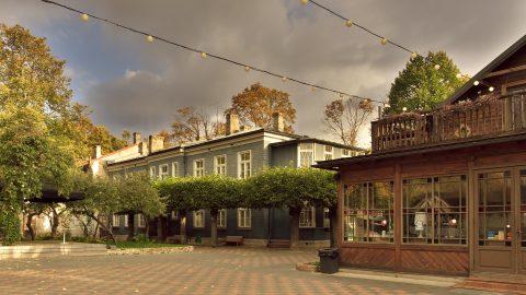 Bild: Einer der schönsten Orte in Rīga sind die restaurierten Holzhäuser an der Kreuzung Kalnciema iela - Melnsila iela. OLYMPUS OM-D E-M5 mit M.ZUIKO DIGITAL ED 12‑40mm 1:2.8. ISO 200 ¦ f/5,6 ¦ 12 mm ¦ 1/200 s ¦ kein Blitz ¦ 8 Einzelbilder. Klicken Sie auf das Bild um es zu vergrößern.