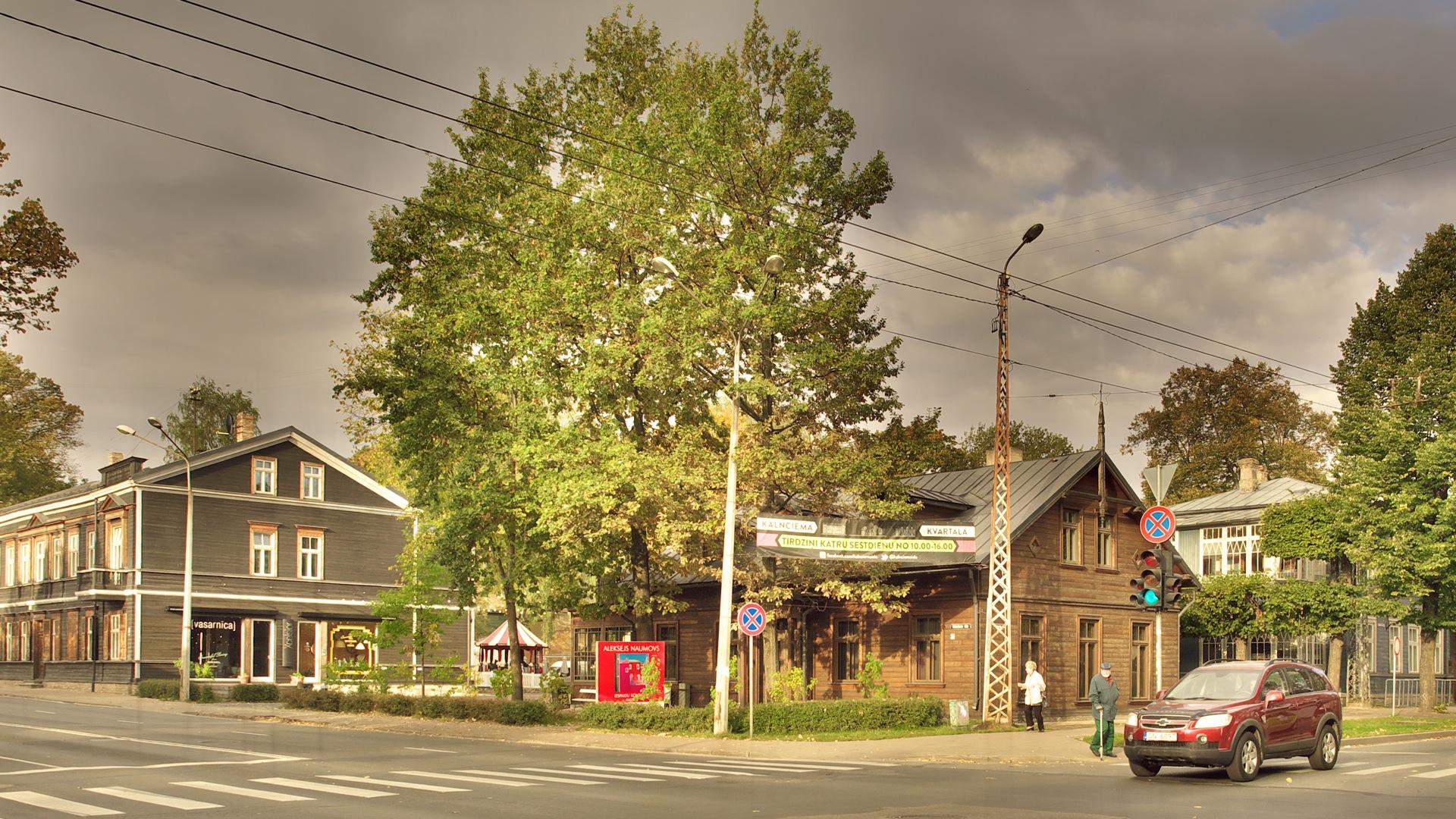 Bild: Einer der schönsten Orte in Rīga sind die restaurierten Holzhäuser an der Kreuzung Kalnciema iela - Melnsila iela. OLYMPUS OM-D E-M5 mit M.ZUIKO DIGITAL ED 12‑40mm 1:2.8. ISO 200 ¦ f/5,6 ¦ 12 mm ¦ 1/250 s ¦ kein Blitz ¦ 8 Einzelbilder. Klicken Sie auf das Bild um es zu vergrößern.