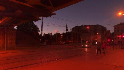 Bild: Abends in der Prāgas iela in Rīga. NIKON D700 mit TAMRON SP 24-70mm F/2.8 Di VC USD. ISO 3200 ¦ f/5,6 ¦ 24 mm ¦ 1/80 s ¦ kein Blitz. Klicken Sie auf das Bild um es zu vergrößern.