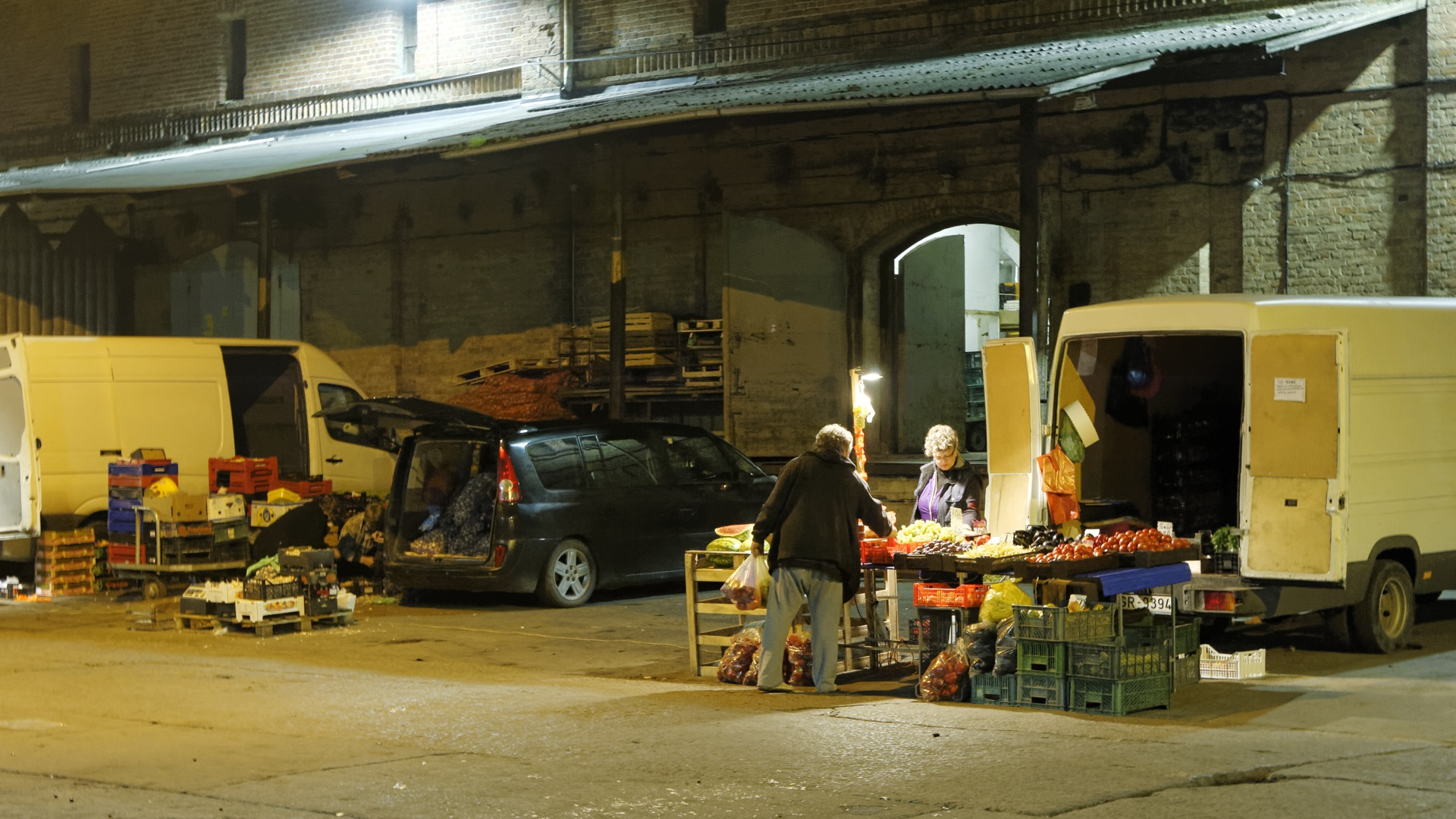 Bild: Auf dem Nachtmarkt an den Zentralmarkthallen in Rīga. Ein genauer Blick auf die Ware lohnt ... NIKON D700 mit TAMRON SP 24-70mm F/2.8 Di VC USD. ISO 6400 ¦ f/5,6 ¦ 50 mm ¦ 1/15 s ¦ kein Blitz. Klicken Sie auf das Bild um es zu vergrößern.