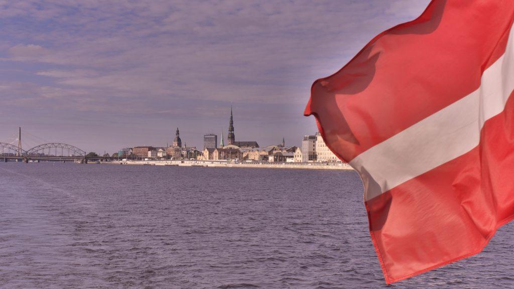 Bild: Ein Blick von der Daugava auf die Altstadt von Rīga. OLYMPUS OM-D E-M5 mit M.ZUIKO DIGITAL ED 12‑40mm 1:2.8. ISO 200 ¦ f/9 ¦ 25 mm ¦ 1/500 s. Klicken Sie auf das Bild um es zu vergrößern.