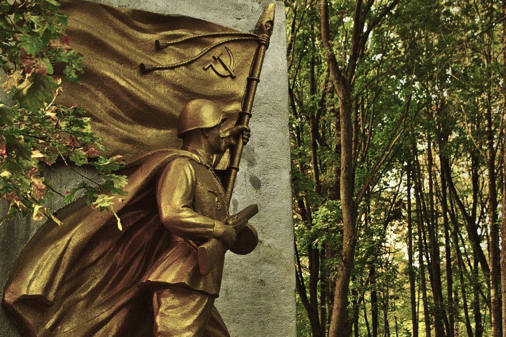 Bild: Jeder Krieg schafft seine Helden. Denkmal des Sowjetischen Soldaten auf dem Pokrova Kapi - dem Pokrova Friedhof - im Stadtteil Brasa in Rīga. NIKON D700 mit AF-S NIKKOR 24-120 mm 1:4G ED VR. ISO 200 ¦ f/7,1 ¦ 24 mm ¦ 1/10 s ¦ kein Blitz. Klicken Sie auf das Bild um es zu vergrößern.