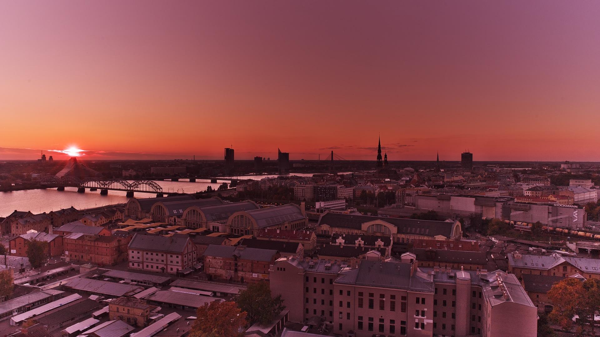 Bild: Sonnenuntergang im Herbst über der neu eröffneten Nationalbibliothek im Stadtteil Āgenskalns von der Aussichtsplattform der Lettischen Wissenschaften aufgenommen. NIKON D700 mit TAMRON SP 24-70mm F/2.8 Di VC USD. ISO 200 ¦ f/11 ¦ 24 mm ¦ 1/100 s ¦ kein Blitz. Klicken Sie auf das Bild um es zu vergrößern.