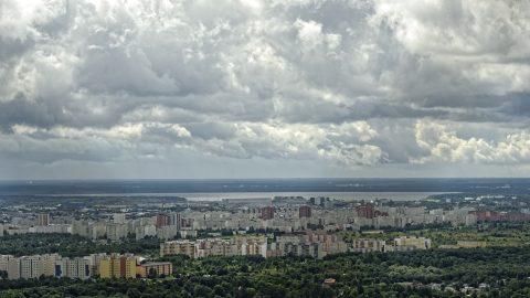 Bild: Blick vom Tallinner Fernsehturm auf Lasnamäe. NIKON D700 mit AF-S NIKKOR 28-300 mm 1:3.5-5.6G ED. ISO 200 ¦ f/11 ¦ 120 mm ¦ 1/640 s ¦ kein Blitz. Klicken Sie auf das Bild um es zu vergrößern.