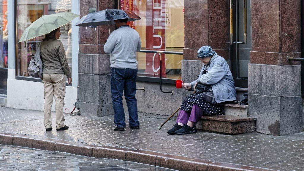 Bild: Die verlorenere Generation - alte Menschen haben es im teuren Tallinn schwer. NIKON D300s mit AF-S NIKKOR 24-120 mm 1:4G ED VR. ISO 1250 ¦ f/7,1 ¦ 120 mm ¦ 1/25 s ¦ kein Blitz. Klicken Sie auf das Bild um es zu vergrößern.