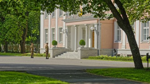 Bild: Am Amtssitz des Präsidenten der Republik Estland im Park von Kadriorg. NIKON D700 mit AF-S NIKKOR 28-300 mm 1:3.5-5.6G ED. ISO 200 ¦ f/5,6 ¦ 100 mm ¦ 1/1000 s ¦ kein Blitz. Klicken Sie auf das Bild um es zu vergrößern.