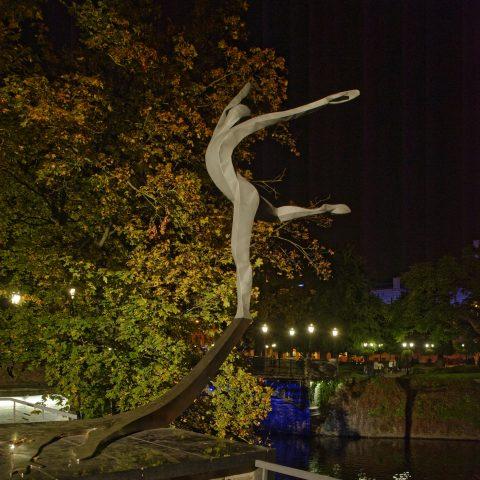 Bild: Das Denkmal zu Ehren des lettischen Baletttänzers  Māris Rūdolfs Liepa an der Nationaloper in Rīga an einem Herbstabend. NIKON D700 mit TAMRON SP 24-70mm F/2.8 Di VC USD. ISO 640 ¦ f/5,6 ¦ 24 mm ¦ 1/10 s ¦ kein Blitz. Klicken Sie auf das Bild um es zu vergrößern.