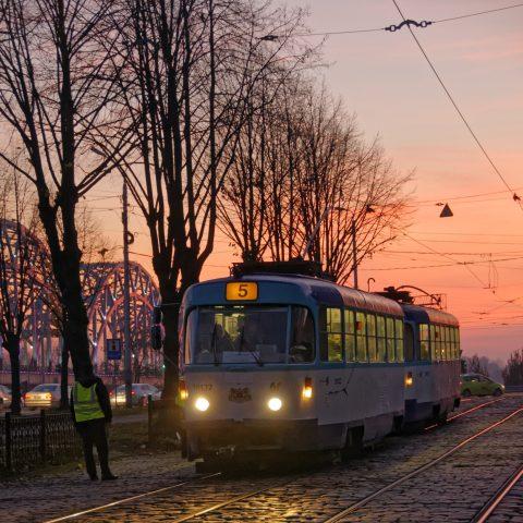 Bild: Straßenbahn in Rīga. NIKON D300s mit AF-S NIKKOR 24-120 mm 1:4G ED VR. ISO 800 ¦ f/4,8 ¦ 60 mm ¦ 1/30 s ¦ kein Blitz. Klicken Sie auf das Bild um es zu vergrößern.