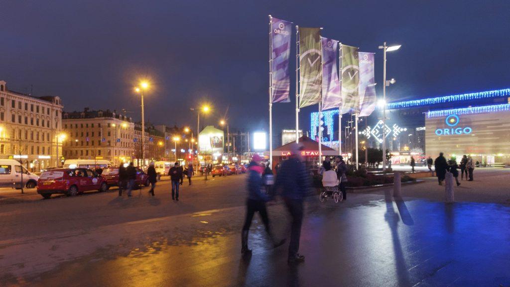 Bild: Am Einkaufzentrum ORIGO in Rīga. OLYMPUS OM-D E-M5 mit M.ZUIKO DIGITAL ED 12‑40mm 1:2.8. ISO 6400 ¦ f/9 ¦ 12 mm ¦ 1/10 s ¦ kein Blitz. Klicken Sie auf das Bild um es zu vergrößern.