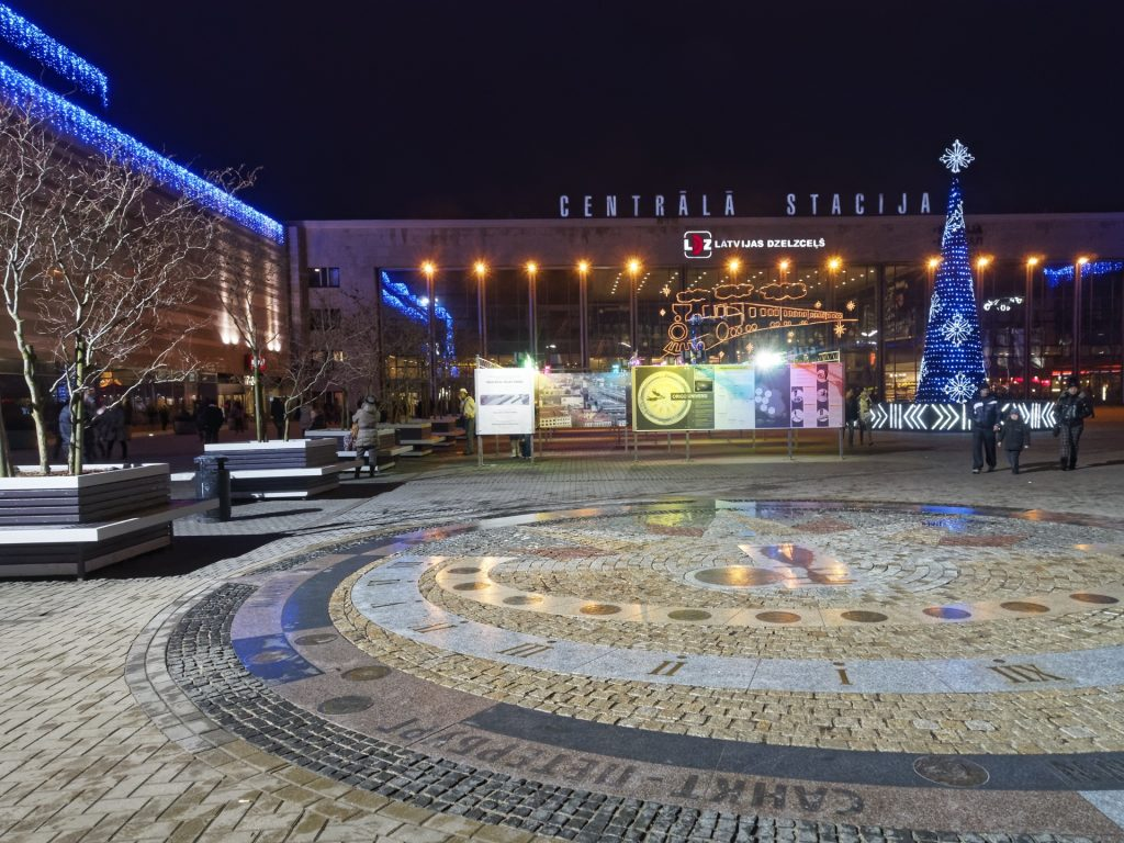 Bild: Rīga Zentralbahnhof an einem Abend kurz vor Weihnachten. OLYMPUS OM-D E-M5 mit M.ZUIKO DIGITAL ED 12‑40mm 1:2.8. ISO 2500 ¦ f/9 ¦ 12 mm ¦ 1/25 s ¦ kein Blitz. Klicken Sie auf das Bild um es zu vergrößern.