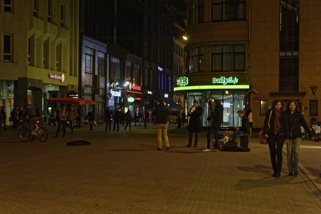 Bild: Die Kaļķu iela in der Altstadt von Rīga ist jeden Samstagabend eine Partymeile, auf der es viel zu entdecken gibt. NIKON D700 mit TAMRON SP 24-70mm F/2.8 Di VC USD. ISO 1250 ¦ f/5,6 ¦ 70 mm ¦ 1/25 s ¦ kein Blitz. Klicken Sie auf das Bild um es zu vergrößern.