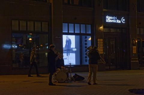 Bild: Die Kaļķu iela in der Altstadt von Rīga ist jeden Samstagabend eine Partymeile, auf der es viel zu entdecken gibt. NIKON D700 mit TAMRON SP 24-70mm F/2.8 Di VC USD. ISO 1250 ¦ f/5,6 ¦ 70 mm ¦ 1/50 s ¦ kein Blitz. Klicken Sie auf das Bild um es zu vergrößern.