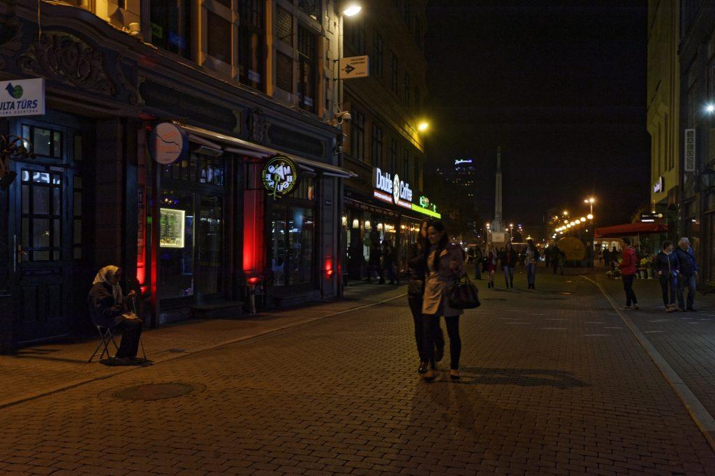 Bild: Die Kaļķu iela in der Altstadt von Rīga ist jeden Samstagabend eine Partymeile, auf der es viel zu entdecken gibt. NIKON D700 mit TAMRON SP 24-70mm F/2.8 Di VC USD. ISO 1250 ¦ f/5,6 ¦ 35 mm ¦ 1/30 s ¦ kein Blitz. Klicken Sie auf das Bild um es zu vergrößern.