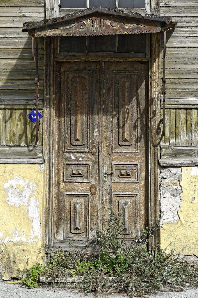 Bild: Verlassenenes Holzhaus im Tallinner Stadteil Kelmiküla. NIKON D700 mit AF-S NIKKOR 28-300 mm 1:3.5-5.6G ED. ISO 200 ¦ f/5 ¦ 85 mm ¦ 1/1000 s ¦ kein Blitz. Klicken Sie auf das Bild um es zu vergrößern.