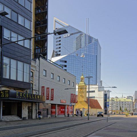 Bild: Klein sieht sie neben den Bankenhochhäusern aus, die Jaani Seegi kirik im Tallinner Stadtteil Maakri. NIKON D700 mit AF-S NIKKOR 28-300 mm 1:3.5-5.6G ED. ISO 400 ¦ f/9 ¦ 28 mm ¦ 1/200 s ¦ kein Blitz. Klicken Sie auf das Bild um es zu vergrößern.