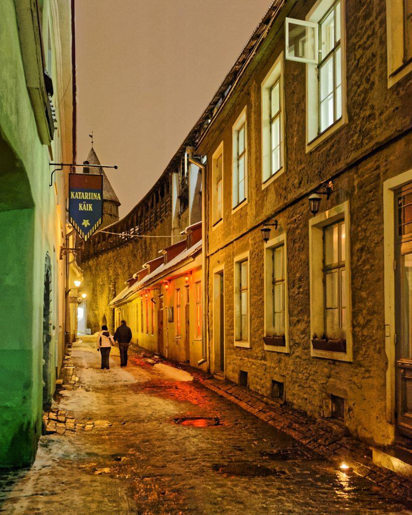 Bild: Auch im Winter ist Tallinn attraktiv. Romantische Stimmung in der Müürivahe tänav. NIKON D700 mit CARL ZEISS Distagon T* 1,4/35 ZF.2. ISO 6400 ¦ f/4,5 ¦ 35 mm ¦ 1/60 s ¦ kein Blitz. Klicken Sie auf das Bild um es zu vergrößern.