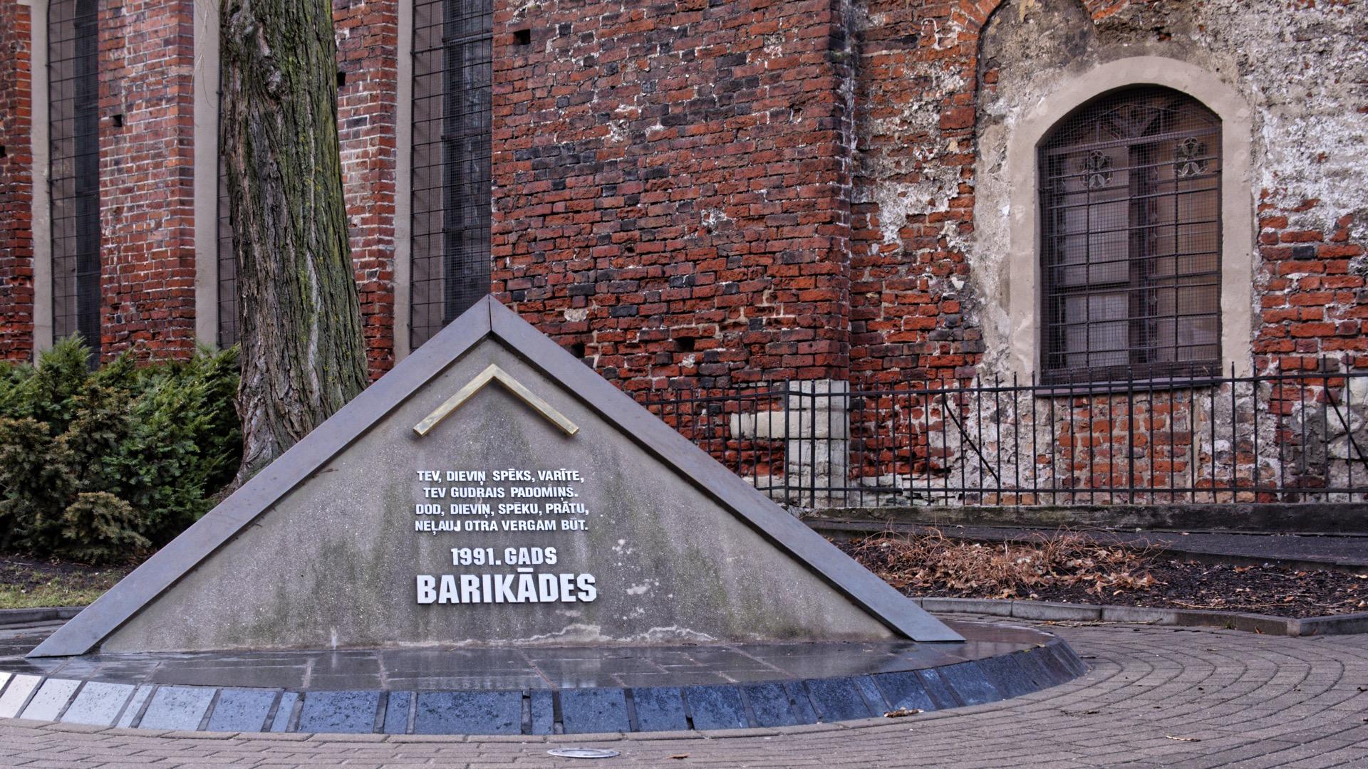 Bild: Die Letten haben die Unabhängigkeit von der Sowjetunion schwer erkämpfen müssen. Seit dem 1. Mai 2004 ist Lettland Mitglied der EU. OLYMPUS OM-D E-M1 mit LEICA DG SUMMILUX 25 mm / F1.4. ISO 200 ¦ f/5,6 ¦ 25 mm ¦ 1/30 s ¦ kein Blitz. Klicken Sie auf das Bild um es zu vergrößern.