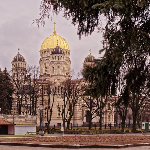 Bild: Die Christi-Geburts-Kathedrale auf der Esplanade in Rīga ist die größte russisch-ortodoxe Kathedrale in den baltischen Staaten. OLYMPUS OM-D E-M1 mit LEICA DG SUMMILUX 25 mm / F1.4. ISO 1600 ¦ f/7,1 ¦ 25 mm ¦ 1/500 s ¦ kein Blitz. Klicken Sie auf das Bild um es zu vergrößern.