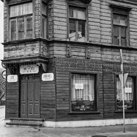 Bild: Ein wenig schräg - Hotel auf der gegenüberliegenden Straßenseite. OLYMPUS OM-D E-M1 mit LEICA DG SUMMILUX 25 mm / F1.4. ISO 3200 ¦ f/5,6 ¦ 25 mm ¦ 1/60 s ¦ kein Blitz. Klicken Sie auf das Bild um es zu vergrößern.