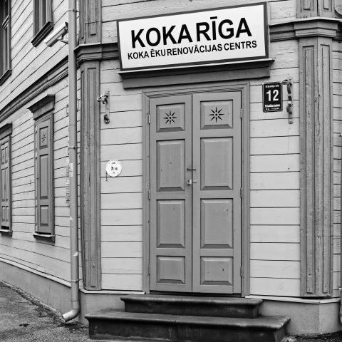 Bild: Koka Rīga kümmert sich um die Erhaltung der Holzhäuser in Grīziņkalns und der Moskauer Vorstadt. OLYMPUS OM-D E-M1 mit LEICA DG SUMMILUX 25 mm / F1.4. ISO 1600 ¦ f/5,6 ¦ 25 mm ¦ 1/40 s ¦ kein Blitz. Klicken Sie auf das Bild um es zu vergrößern.