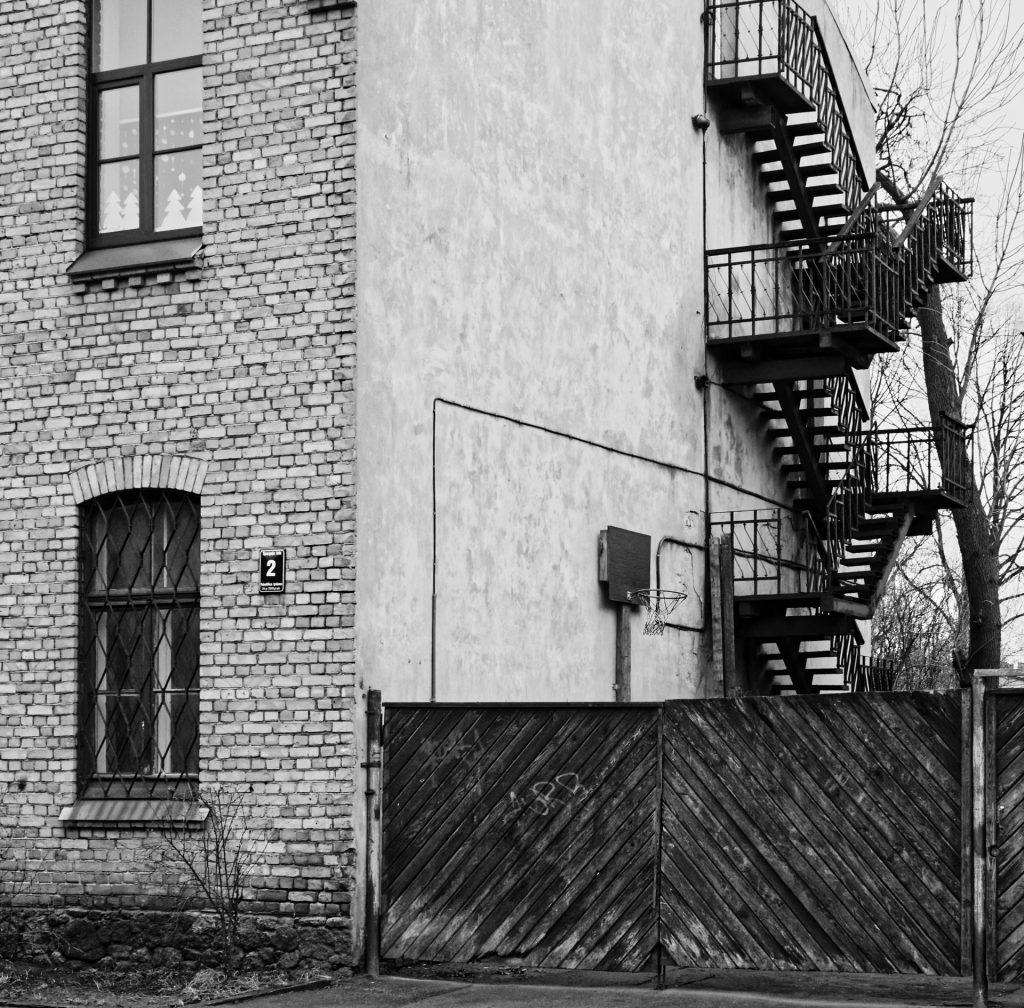 Bild: Feuerschutztreppe an einer Schule in der Sparģeļu iela im alten Arbeiterviertel Grīziņkalns in Rīga. OLYMPUS OM-D E-M1 mit LEICA DG SUMMILUX 25 mm / F1.4. ISO 1600 ¦ f/5,6 ¦ 25 mm ¦ 1/40 s ¦ kein Blitz. Klicken Sie auf das Bild um es zu vergrößern.