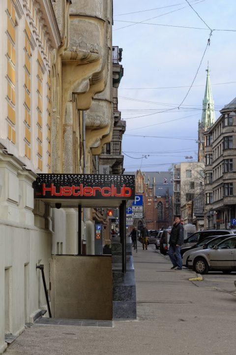 Bild: Hustler Club und Lutherische Kirche - Unterwegs in der Neustadt von Riga. NIKON D700 mit AF-S NIKKOR 24-120 mm 1:4G ED VR. ISO 200 ¦ f/711 ¦ 85 mm ¦ 1/40 s ¦ kein Blitz. Klicken Sie auf das Bild um es zu vergrößern.