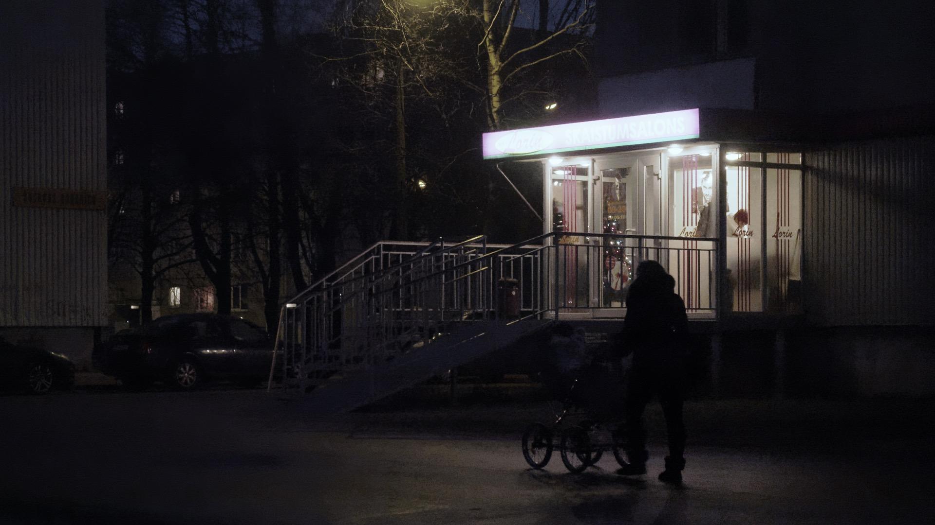 Bild: Abendstimmung im Rigaer Stadtteil Imanta. OLYMPUS OM-D E-M1 mit M.ZUIKO DIGITAL ED 12‑40mm 1:2.8 ISO 8000 ¦ f/5,6 ¦ 35 mm ¦ 1/100 s ¦ kein Blitz. Klicken Sie auf das Bild um es zu vergrößern.