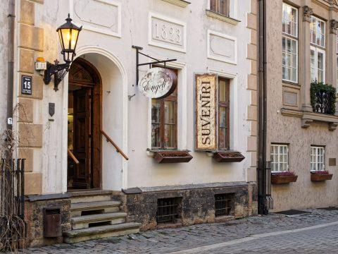 Bild: Souvenirgeschäft in der Torņa iela in der Altstadt von Rīga. OLYMPUS OM-D E-M1 mit LEICA DG SUMMILUX 25 mm / F1.4. ISO 200 ¦ f/5,6 ¦ 25 mm ¦ 1/40 s ¦ kein Blitz. Klicken Sie auf das Bild um es zu vergrößern.