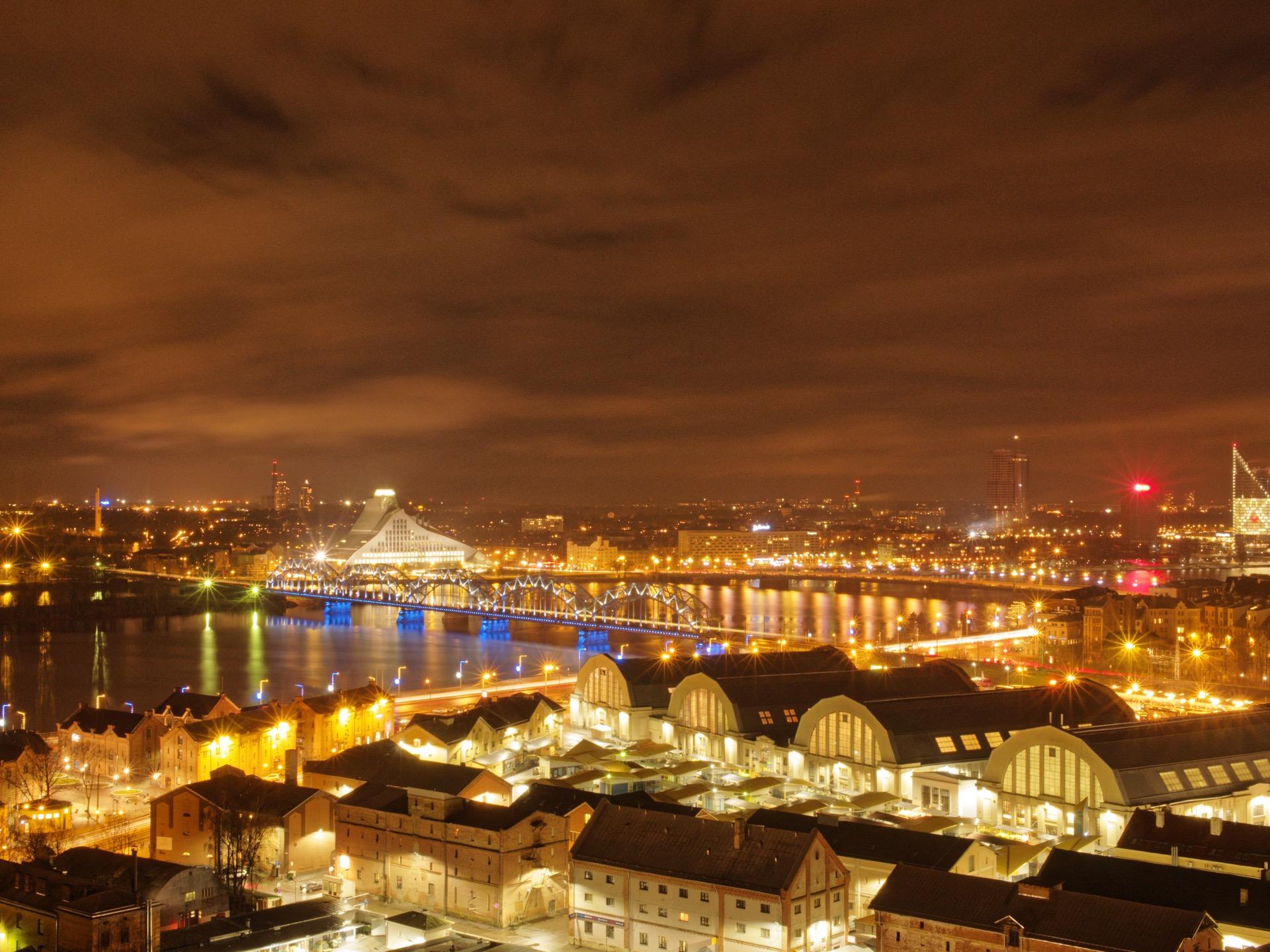 Bild: Riga bei Nacht.