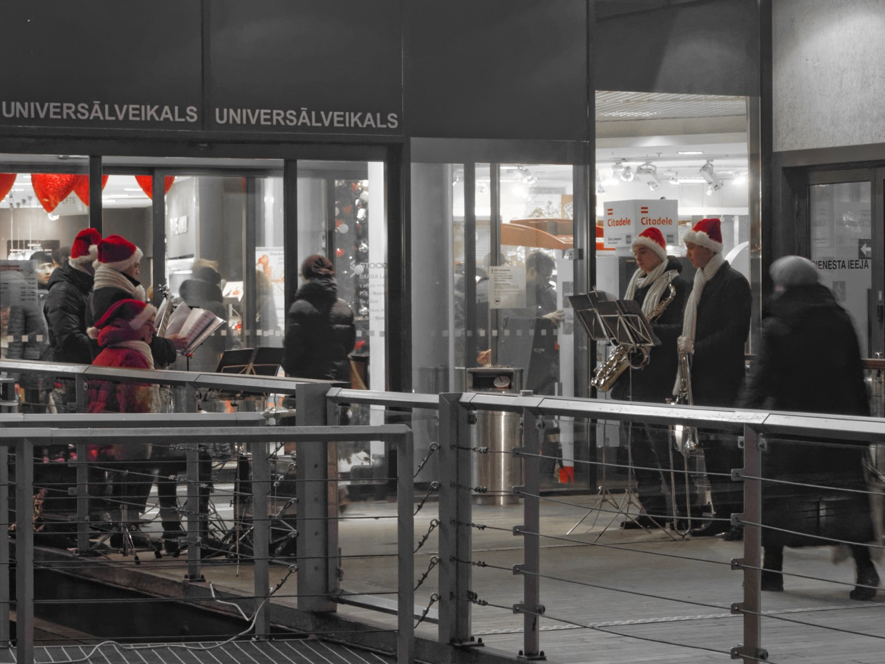 Bild: Diese Weihnachtsmusiker am Kaufhaus STOCKMANN in Riga verbreiten trotz des eher frühlingshaften Wetters ein wenig vorweihnachtliche Stimmung. OLYMPUS OM-D E-M5 mit M.Zuiko Digital 12-50 mm 1:3.5-6.3 EZ. ISO 4000 ¦ f/7,1 ¦ 50 mm ¦ 1/25 s ¦ kein Blitz. Klicken Sie auf das Bild um es zu vergrößern.