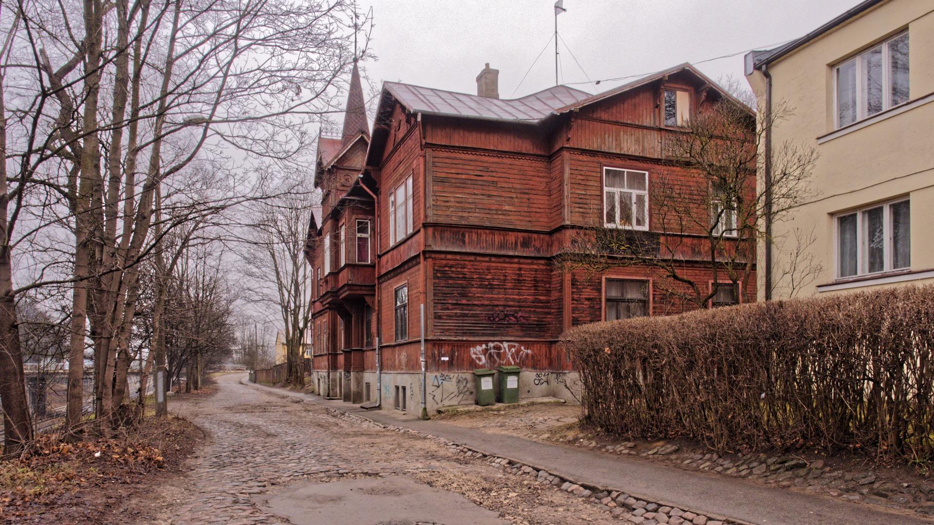 Bild: In der Indriķa iela im Rigaer Stadtteil Torņakalns befindet sich ein weiteres großes Holzhaus. OLYMPUS OM-D E-M1 mit M.ZUIKO DIGITAL ED 12‑40mm 1:2.8 ISO 400 ¦ f/7,1 ¦ 12 mm ¦ 1/60 s ¦ kein Blitz. Klicken Sie auf das Bild um es zu vergrößern.