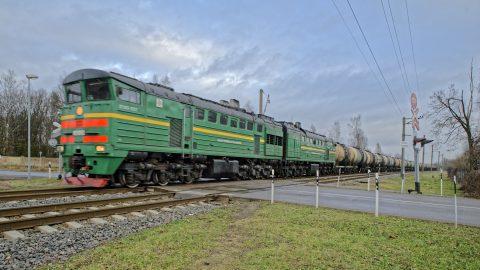 Bild: Einer der zahlreichen schwer beladenen Züge zum Hafen von Rīga. NIKON D700 mit TAMRON SP 24-70mm F/2.8 Di VC USD. ISO 200 ¦ f/5,6 ¦ 24 mm ¦ 1/125 s ¦ kein Blitz. Klicken Sie auf das Bild um es zu vergrößern.
