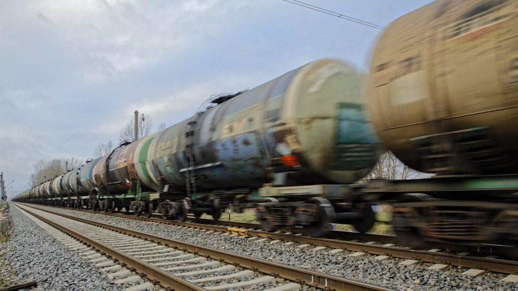 Bild: Einer der zahlreichen schwer beladenen Züge vom Hafen von Rīga. NIKON D700 mit TAMRON SP 24-70mm F/2.8 Di VC USD. ISO 200 ¦ f/5,6 ¦ 24 mm ¦ 1/40 s ¦ kein Blitz. Klicken Sie auf das Bild um es zu vergrößern.