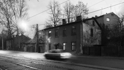 Bild: In der Lilijas iela im Rigaer Stadtteil Iļģuciems. OLYMPUS OM-D E-M1 mit M.ZUIKO DIGITAL ED 12‑40mm 1:2.8 ISO 6400 ¦ f/5,6 ¦ 12 mm ¦ 1/15 s ¦ kein Blitz. Klicken Sie auf das Bild um es zu vergrößern.