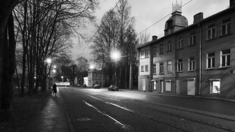 Bild: In der Lilijas iela im Rigaer Stadtteil Iļģuciems. Hier sind nach Einbruch der Dunkelheit nur wenige Menschen unterwegs. OLYMPUS OM-D E-M1 mit M.ZUIKO DIGITAL ED 12‑40mm 1:2.8 ISO 6400 ¦ f/7,1 ¦ 12 mm ¦ 1/20 s ¦ kein Blitz. Klicken Sie auf das Bild um es zu vergrößern.