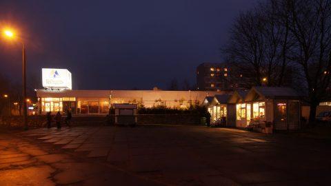 Bild: Am Mego Supermarkt in der Damnes iela in Imanta. OLYMPUS OM-D E-M1 mit M.ZUIKO DIGITAL ED 12‑40mm 1:2.8 ISO 6400 ¦ f/7,1 ¦ 12 mm ¦ 1/13 s ¦ kein Blitz. Klicken Sie auf das Bild um es zu vergrößern.
