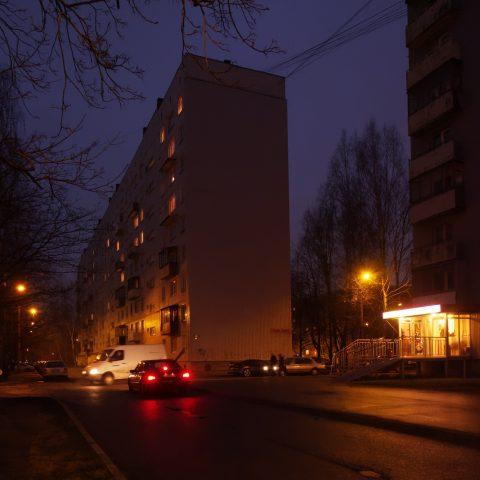 Bild: Imanta ist eine der typischen Satellitenstädte in Rīga. Damnes iela. OLYMPUS OM-D E-M1 mit M.ZUIKO DIGITAL ED 12‑40mm 1:2.8 ISO 6400 ¦ f/7,1 ¦ 12 mm ¦ 1/13 s ¦ kein Blitz. Klicken Sie auf das Bild um es zu vergrößern.