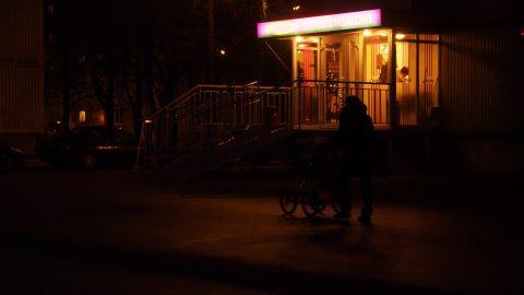 Bild: Eilig unterwegs nach Hause. Imanta, Damnes iela. OLYMPUS OM-D E-M1 mit M.ZUIKO DIGITAL ED 12‑40mm 1:2.8 ISO 8000 ¦ f/5,6 ¦ 35 mm ¦ 1/100 s ¦ kein Blitz. Klicken Sie auf das Bild um es zu vergrößern.