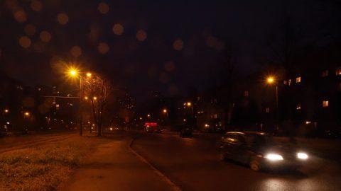 Bild: In der Damnes iela im Rigaer Stadtteil Imanta. OLYMPUS OM-D E-M1 mit M.ZUIKO DIGITAL ED 12‑40mm 1:2.8 ISO 8000 ¦ f/11 ¦ 12 mm ¦ 1/30 s ¦ kein Blitz. Klicken Sie auf das Bild um es zu vergrößern.