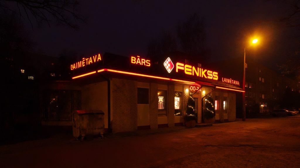 Bild: Ein kaltes Bier geht in Rīga immer. Bar und Glücksspielhalle in Imanta, Damnes iela. OLYMPUS OM-D E-M1 mit M.ZUIKO DIGITAL ED 12‑40mm 1:2.8. ISO 8000 ¦ f/5,6 ¦ 12 mm ¦ 1/40 s ¦ kein Blitz. Klicken Sie auf das Bild um es zu vergrößern.
