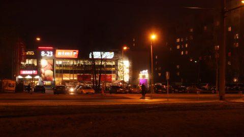 Bild: Supermärkte haben hier länger geöffnet als in Deutschland. Imanta, Anniņmuižas bulvāris.  OLYMPUS OM-D E-M1 mit M.ZUIKO DIGITAL ED 12‑40mm 1:2.8 ISO 8000 ¦ f/7,1 ¦ 25 mm ¦ 1/30 s ¦ kein Blitz. Klicken Sie auf das Bild um es zu vergrößern.