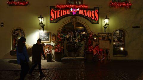 """Bild: An einem der zahlreichen Restaurants auf dem Livenplatz - dem Livu laukums - in Rīga. Steiku Haoss bedeutet """"Steak Chaos"""". NIKON D700 mit TAMRON SP 24-70mm F/2.8 Di VC USD. ISO 2500 ¦ f/7,1 ¦ 24 mm ¦ 1/30 s ¦ kein Blitz ¦ kein Stativ. Klicken Sie auf das Bild um es zu vergrößern."""